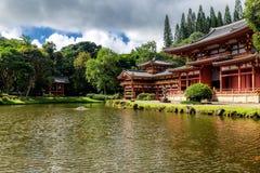 Byodo-en el templo japonés con una charca en frente, isla de Oahu fotografía de archivo