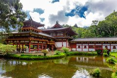 Byodo-en el templo japonés con una charca en frente, isla de Oahu imágenes de archivo libres de regalías