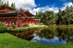 Byodo-en el templo japonés con una charca en frente, isla de Oahu fotografía de archivo libre de regalías
