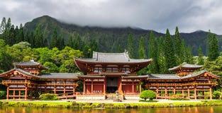 Byodo-en el templo japonés con una charca en frony, isla de Oahu imagen de archivo