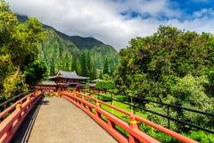 Byodo-en el templo japonés rodeado por la naturaleza hermosa de la isla de Oahu imágenes de archivo libres de regalías
