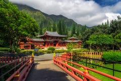 Byodo-en el templo japonés rodeado por la naturaleza hermosa de la isla de Oahu fotos de archivo