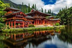 Byodo-no templo japonês com uma lagoa na parte dianteira, ilha de Oahu fotos de stock royalty free