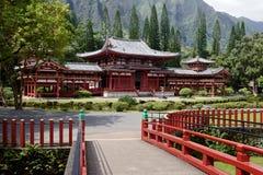 Byodo in tempel en ingangsbrug royalty-vrije stock afbeelding