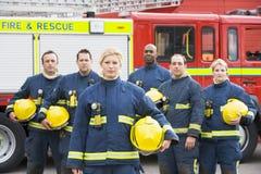 ByPortrait d'un groupe de sapeurs-pompiers images stock