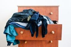 Byrå med att dingla kläder Arkivfoto