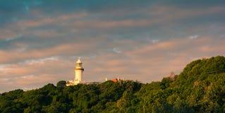 Byron Trzymać na dystans latarnia morska widok od dystansowego jonu wzgórze obrazy stock