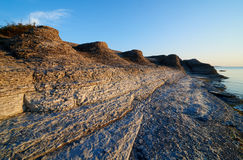 Byrums Raukar - la roca espectacular se eleva en la orilla de la isla Oeland, Suecia fotografía de archivo libre de regalías