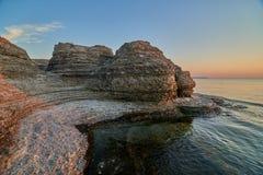 Byrums Raukar - la roche spectaculaire domine au rivage de l'île Oeland, Suède Photographie stock libre de droits