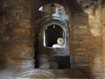 Bysantinskt kvarnsten- och kornlager - Kesariani kloster royaltyfri bild
