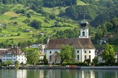 Bysikt av Gersau i schweiziskt fjällänglandskap Arkivfoto