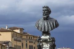 Byst av Benvenuto Cellini på Ponten Vecchio i Florence, Ital arkivfoto