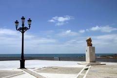 Byst av den berömda spanska musikern Alba Paco på stranden av Cadiz royaltyfria bilder