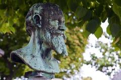 Byst av Edouard Manet på hans grav i den Passy kyrkogården Arkivbilder