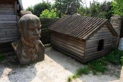 Byst av Lenin nära hundhuset Arkivfoton