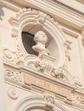 Byst av Lessing på fasaden av den Zurich operahusbyggnaden Arkivfoton