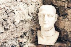 Byst av mannen, fragment av en staty i ett museum Castello Normanno Museo Civico i slotten Acicastello i Acitrezza, Catania, Sici royaltyfri fotografi