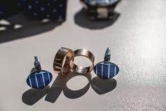 bystre pierścienie się tło białe Czarni rzemienni buty zegarek, błękitny łęku krawat i cufflinks, na białym nadokiennym parapecie zdjęcie stock