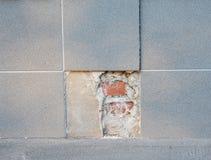Byt ut delar av den brutna porslintegelplattadurken Byt ut det gamla badtegelplattagolvet med den nya porslintegelplattan Arkivfoton