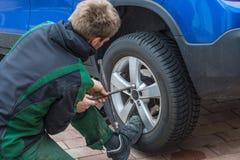 Byt ut sommargummihjul mot vintergummihjul Fotografering för Bildbyråer