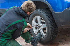 Byt ut sommargummihjul mot vintergummihjul Royaltyfri Foto