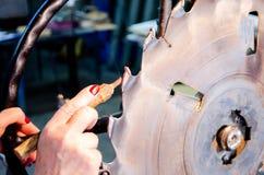Byta ut spetsar för det använda cirkuläret såg blad för snickeribransch arkivfoton
