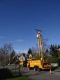 Byter ut ljusa workmen för den Seattle staden en åldras nytto- pol Royaltyfri Foto