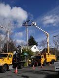 Byter ut ljusa workmen för den Seattle staden en åldras nytto- pol Arkivfoton