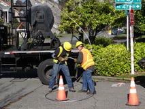 Byter ut ljusa workmen för den Seattle staden en åldras nytto- pol Royaltyfri Fotografi