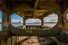 Byth hamn som beskådas till och med pirfundament Arkivfoton