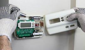 Bytta ut Digital termostatbatterier Royaltyfria Foton