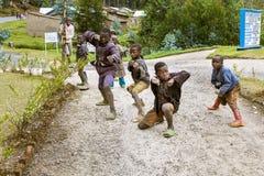 BYUMBA, RUANDA - 9 SETTEMBRE 2015: Bambini non identificati Gioco ruandese dei bambini delle figure di combattimento Fotografia Stock