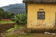 BYUMBA, RWANDA - 9 DE SEPTIEMBRE DE 2015: Casa no identificada La casa vieja con la ventana quebrada Foto de archivo