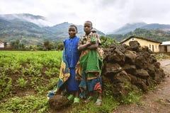 BYUMBA, RWANDA - 9 DE SEPTIEMBRE DE 2015: Niños no identificados Cabritos sonrientes Foto de archivo