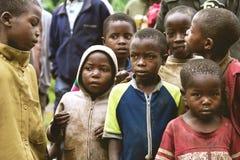 BYUMBA, RWANDA - SEPTEMBER 9, 2015: Niet geïdentificeerde jonge geitjes De gezichten van Afrika Royalty-vrije Stock Afbeeldingen
