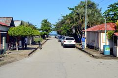 Byväg som leder till den Samana fjärden arkivfoton