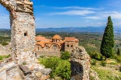 Byzantijnse kerk in middeleeuwse stad van Mystras stock foto