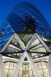 30 bâtiment ou cornichon de St Mary Axe illuminé sur Londres Photos libres de droits