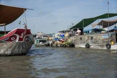Cần ThÆ ¡ som svävar marknaden i den Mekong deltan royaltyfri fotografi
