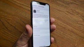 Cálculo de la actualización restante del tiempo en los Apple Computer del iPhone XS almacen de video
