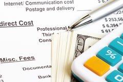 Cálculo de la hoja de balance que muestra honorarios y coste Imagen de archivo libre de regalías