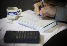Cálculo de las facturas de servicios públicos Fotos de archivo libres de regalías
