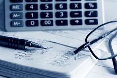 Cálculo de relatórios financeiros. imagem de stock