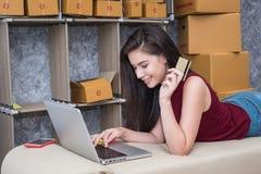 Cálculo del coste de franqueo de un pequeño paquete, pequeño negocio imágenes de archivo libres de regalías