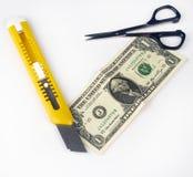 Cálculo del coste representado por un cortador y las tijeras Foto de archivo