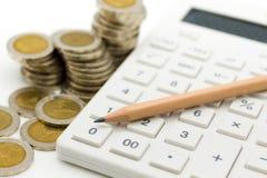 Cálculo del impuesto cada año todo el mundo Uso para los impuestos de la paga, desarrollo económico, concepto de la imagen del ne Imagen de archivo