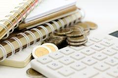 Cálculo del impuesto cada año todo el mundo Uso para los impuestos de la paga, desarrollo económico, concepto de la imagen del ne Fotos de archivo libres de regalías