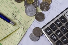 Cálculo del recibo del pago con las monedas del rupia de Indonesia y del dólar de Singapur, calculadora y facturas en la visión s Imagen de archivo libre de regalías