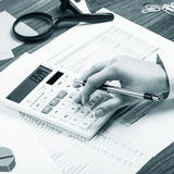 Cálculo en el escritorio de oficina Fotografía de archivo libre de regalías