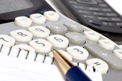 Cálculos sobre una calculadora. Foto de archivo